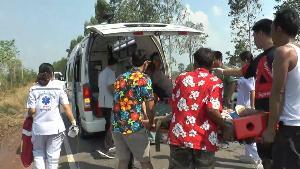 ระทึก!สาวอุทัยฯพาญาติกลับจากเล่นน้ำสงกรานต์ รถคว่ำล้อหลุดเทกระจาดคนเจ็บกว่า 10 ราย