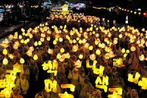 """งามระยิบระยับ """"เทศกาลโคมไฟดอกบัว"""" เกาหลี จัดน้อมรำลึกวันประสูติพระพุทธเจ้า"""