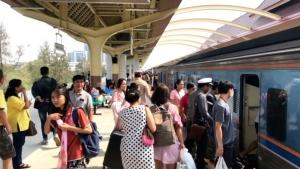 บขส.ขอนแก่นเสริมรถ-สถานีรถไฟฯ เพิ่มโบกี้ รองรับประชาชนแห่กลับไปทำงานกรุงเทพฯ