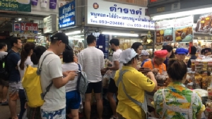 นักท่องเที่ยวเริ่มขยับเลือกซื้อของฝากเตรียมกลับหลังเที่ยวสงกรานต์เชียงใหม่