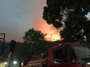 ไฟป่าเผาดอยจระเข้ไม่ยอมมอด จนท.ระดมทำแนวกันไฟยาว 6 กม.สกัดไฟลามเข้าชุมชนคืนนี้
