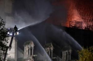ชาวฝรั่งเศส-ทั่วโลกสะอื้น!ปารีสไม่มีวันเหมือนเดิม ไฟไหม้ทำลายล้างวิหารดัง'น็อทร์-ดาม'