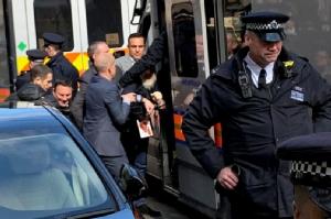 ภาพเหตุการณ์ขณะที่ จูเลียน แอสซานจ์ ผู้ก่อตั้งเว็บไซต์วิกิลีกส์ ถูกตำรวจอังกฤษลากตัวออกจากสถานทูตเอกวาดอร์ในกรุงลอนดอนเมื่อวันที่ 11 เม.ย. (Photo - Adrian Cotterill/Daily Dooh via REUTERS)