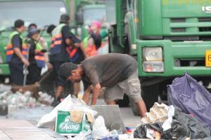 กทม. Big Cleaning ถนนข้าวสาร-ย่านบางลำพู หลังเล่นน้ำสงกรานต์ เก็บขยะได้ 70 ตัน ลดลงจากปีก่อน