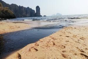 กระบี่เร่งแก้น้ำเสียไหลลงทะเลหาดอ่าวนาง อุดท่อน้ำลอบปล่อย ใช้กังหันชัยพัฒนา