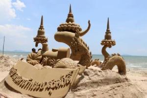 ประมวลภาพบรรยากาศการตกแต่งพระเจดีย์ทราย ประเพณีวันไหลบางแสน 2562