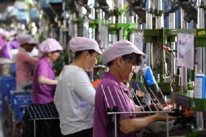 <i>บรรดาคนงานกำลังปฏิบัติงานในสายการผลิตดาต้า เคเบิล ที่โรงงานแห่งหนึ่งในเมืองซินอี้ว์ มณฑลเจียงซี ทางภาคตะวันออกของจีน (ภาพถ่ายเมื่อ 8 เม.ย. 2019) ทั้งนี้ หลายฝ่ายรวมทั้งหลายคนในคณะบริหารโดนัลด์ ทรัมป์ เชื่อว่า ภัยคุกคามของสงครามการค้า กำลังทำให้บริษัทต่างๆ คิดที่จะโยกย้ายฐานการผลิตอย่างน้อยบางส่วน ออกจากประเทศจีน </i>