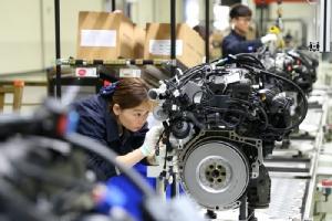 <i>พนักงานกำลังทำงานในโรงงานผลิตเครื่องยนต์สำหรับรถยนต์ ในเมืองเมี่ยนหยาง มณฑลซื่อชวน (เสฉวน) ทางภาคตะวันออกเฉียงใต้ของจีน (ภาพถ่ายเมื่อ 28 มี.ค. 2019) </i>