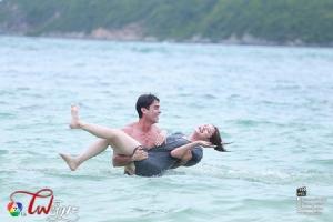 """""""หลุยส์-ขวัญ"""" หวานบอกรักกลางน้ำทะเล"""