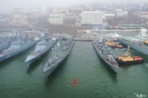 รล.นเรศวร จอดเคียงข้างเรือโซเวอร์เชนนียี (Sovershennyy - 333) ถัดไปเป็นเรือกร็อมคี (Gromky- 335) เรือคอร์แว็ตขนาด 2,200 ตันติดอาวุธปล่อยนำวิถีรุ่นใหม่เอี่ยม.  Courtesy Newsvl.Ru