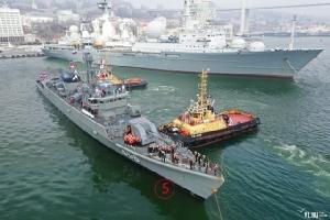 เรือลำใหญ่ใกล้ๆ กับ รล.บางปะกง เป็นเรือสำรวจสมุทรศาสตร์ มาร์แชลคริลอฟ (Marshal Krylov) กองทัพเรือแปซิฟิก. Courtesy Newsvl.Ru