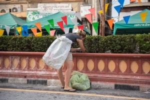 ชื่นชมคู่นักท่องเที่ยว! จบสงกรานต์หิ้วถุงเก็บขยะริมถนน ชาวเน็ตร่วมชื่นชม