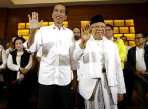 <i>ประธานาธิบดีโจโค วิโดโด ของอินโดนีเซีย (ซ้าย) และ มารุฟ อามิน ซึ่งลงชิงตำแหน่งเป็นรองประธานาธิบดีในทีมของเขาคราวนี้  โบกไม้โบกมือให้พวกนักข่าว ภายหลังการแถลงข่าวที่กรุงจาการ์ตา เมื่อวันพุธ (17 เม.ย.) ซึ่งผลการนับคะแนนด่วนของสำนักต่างๆ ชี้ว่า เขาชนะจะได้เป็นประธานาธิบดีต่ออีกสมัย </i>