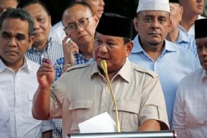 <i>ปราโบโว ซูเบียนโต  ผู้แข่งขันชิงตำแหน่งประธานาธิบดีอินโดนีเซีย  แถลงข่าวภายหลังเวลาปิดหีบเลือกตั้ง ที่กรุงจาการ์ตา ในวันพุธ (17 เม.ย.)  ทั้งนี้เขายืนยันว่า จากผลเอ็กซิตโพลเป็นการภายในและการนับคะแนนด่วนชี้ว่า เขาต่างหากที่เป็นผู้ชนะการเลือกตั้งคราวนี้ </i>