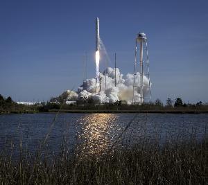 ภาพจรวดนอร์ธรอปกรัมแมนแอนทาเรส นำส่งยานขนส่งเสบียงและสัมภาระไปยังสถานีอวกาศนานาชาติเมื่อ 17 เม.ย.ที่ผ่านมา (Bill INGALLS / NASA / AFP)