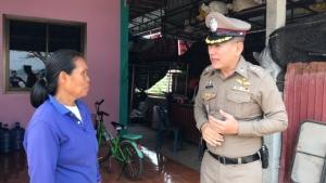 ตำรวจจิตอาสาหนองคายช่วยชาวบ้านพายุพัดบ้านพัง