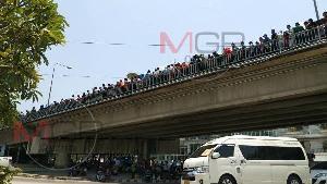 เสร็จสงกรานต์บ้านเกิด แรงงานพม่าทะลักกลับไทย ข้ามฝั่งเมียวดีเข้าแม่สอดเต็มสะพานฯ
