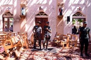 <i>ทหารศรีลังกาเข้าไปดูสภาพข้างในโบสถ์เซนต์เซบาสเตียน ซึ่งถูกโจมตีด้วยระเบิด ในเมืองเนกอมโบ ทางเหนือของกรุงโคลัมโบ </i>