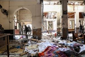 <i>เจ้าหน้าที่ศรีลังกาเข้าไปดูสถานที่เกิดเหตุระเบิดในวิหารของโบสถ์เซนต์แอนโทนี ในกรุงโคลัมโบ  โดยที่พื้นของวิหารยังมีร่างผู้เสียชีวิตและเศษแตกหักต่างๆ จากฤทธิ์ระเบิด </i>