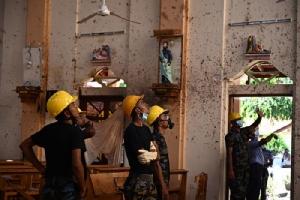 <i>เจ้าหน้าที่ความมั่นคงของศรีลังกา ตรวจสอบดูสภาพภายในโบสถ์เซนต์เซบาสเตียน ในเมืองเนกอมโบ เมื่อวันจันทร์ (22 เม.ย.) หนึ่งวันหลังจากโบสถ์แห่งนี้ตกเป็นเป้าหมายหนึ่งของการโจมตีด้วยระเบิดในวันอาทิตย์ (21) </i>
