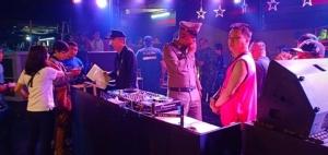 กอ.รมน.บุกตรวจเวฟผับย่านตลาดพลู ตี 3 พบเล่นปาร์ตี้โฟมสุดมัน ไอซ์-ยาเคเกลื่อน สั่งปิด 5 ปี