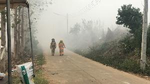 นอภ.เชียงของระดมสรรพกำลัง-สูบน้ำโขง ดับไฟไหม้บ่อขยะ 3 วันยังไม่มอด