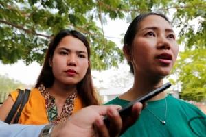 ปาน เอ มอน และจิต ซู วิน ภรรยาของนักข่าวรอยเตอร์ที่ถูกจับกุมตัวกล่าวกับสื่อนอกศาลในกรุงเนปีดอ. -- Reuters.