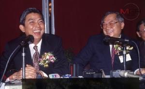 นายมนตรี พงษ์พานิช รมว.คมนาคม (ซ้าย) กับนายกอร์ดอน หวู่ (Gordon Wu) ประธานบริหาร กลุ่มโฮปเวลล์โฮลดิ้ง (ขวา) ร่วมกันลงนามสัญญาสัมปทานโครงการโฮปเวลล์ เมื่อปี 2533