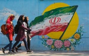 <i>กลุ่มเด็กสาวเดินผ่านด้านหน้าของภาพฝาผนังที่มีธงชาติอิหร่านอยู่ตรงกลาง ณ บริเวณกลางกรุงเตหะรานในวันอังคาร (23 เม.ย.) หนึ่งวันหลังจากทำเนียบขาวประกาศจะยุติการผ่อนปรนใช้มาตรการแซงก์ชั่นน้ำมันอิหร่าน </i>