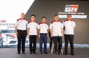 """มิจิโนบุ ซึงาตะ กรรมการผู้จัดการใหญ่ บริษัท โตโยต้า มอเตอร์ ประเทศไทย จำกัด พร้อมด้วย นายสนธยา คุณปลื้ม อุปนายก 2 ราชยานยนต์สมาคมแห่งประเทศไทย ใน พระบรมราชูปถัมภ์ – สมาคมกีฬา ร่วมแถลงข่าวการจัดกิจกรรม """"Toyota Gazoo Racing Motorsport 2019"""""""