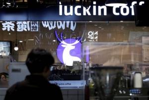 ร้านกาแฟ Luckin Coffee ในจีน กำลังมาแรงแซงโค้งเบียด Starbucks (แฟ้มภาพ รอยเตอร์ส)