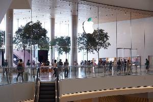 Apple Store ICONSIAM เปลี่ยนสีใบไม้บนโลโก้สนับสนุนสัปดาห์ Earthday