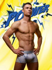 """โฟกัสถูกจุด! เมื่อ """"โรนัลโด"""" ขายกางเกงในทำแฟนคลับตะลึงกับความเป้าตุง!"""