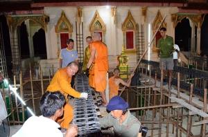 คนไทยยังไม่ไกลวัด ชาวบ้านช่วยพระผูกเหล็กคานสร้างอุโบสถหลังใหม่กลางดึกเพื่อหนีร้อน