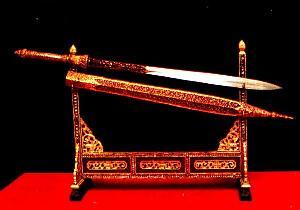 พระแสงขรรค์ชัยศรี หนึ่งในเบญจราชกกุธภัณฑ์! อายุกว่า ๒,๐๐๐ ปี ทอดแหได้จากทะเสสาบเสียมราฐ!!