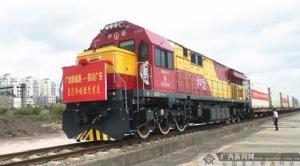 ขบวนรถไฟขนส่งผลไม้ไทย ทุเรียน มะพร้าว และสัปปะรด 200 ตัน มูลค่ากว่า 1 ล้านหยวน หรือราว 5 ล้านบาท กำลังเดินทางออกจากท่าเรือฝางเฉิงกั่งในมณฑลกว่างซี ไปยังตลาดเมืองกว่างอันในมณฑลเสฉวน (ภาพ โดย Zhang Guannian/gxnews.com.cn)