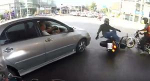 ต่อหน้า ต่อตา! เก๋งฝ่าไฟแดง ชนจักรยานยนต์อย่างจังทำขาหัก ชาวเน็ตแห่ประณาม