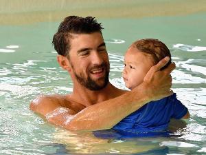 """""""ไมเคิล เฟลปส์"""" พาลูกว่ายน้ำตั้งแต่อายุยังไม่ถึงขวบ"""