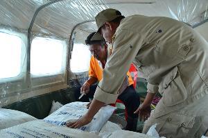 (ภาพจากแฟ้ม) เจ้าหน้าที่โปรยสารเคมีทำฝนเทียมในไทย (ข่าวภูมิภาค)