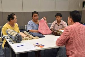 ชุมชนหนองบัวแดง จ.ชัยภูมิกำลังรับฟังคำแนะนำจากผู้เชี่ยวชาญแฟชั่น