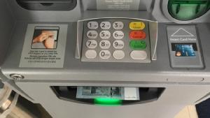 เอทีเอ็มที่นี่ บัตรจะออกมาก่อน เมื่อรับบัตรคืน เงินถึงจะออกมา