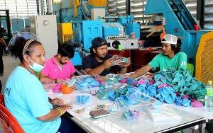 สารพัด 'ผลิตภัณฑ์แปรรูปยางพารา' ทางเลือก...ทางรอด เกษตรกรชาวสวนยางบ้านตาชี จ.ยะลา (ชมคลิป)