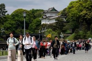 <i>ประชาชนจำนวนมากไปเที่ยวชมสวนด้านนอกของพระบรมมหาราชวังในกรุงโตเกียวเมื่อวันจันทร์ (29 เม.ย.) </i>