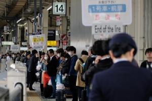 <i>ภาพถ่ายเมื่อวันเสาร์ (27 เม.ย.) ซึ่งเป็นวันเริ่มต้นเทศกาลหยุดยาว 10 วันของญี่ปุ่น  ในภาพคือผู้โดยสารที่กำลังรอรถไฟอยู่ที่สถานีรถไฟโตเกียว </i>