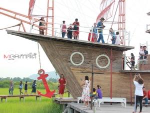 """""""สำเภาไทย"""" แหล่งท่องเที่ยวสุดฮิตเมืองลุง ชม """"คิงคองยักษ์"""" ลากจูงเรือสำเภากลางทุ่งนา"""