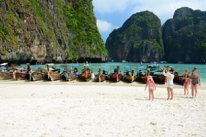 สมัยเปิดให้ท่องเที่ยว หน้าหาดอ่าวมาหยาจะเป็นที่จอดเรือจนแทบไม่มีทางลงสู่ทะเล