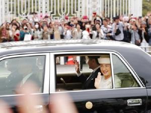 <i>ประชาชนชุมนุมกันรับเสด็จ ขณะสมเด็จพระจักรพรรดินารูฮิโตะ (ซ้าย) และสมเด็จพระจักรพรรดินีมาซาโกะ (ขวา) เสด็จกลับพระบรมมหาราชวังอิมพีเรียล ในกรุงโตเกียว วันพุธ (1 พ.ค.) </i>