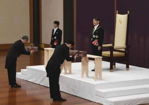 สถานะและพระนามของพระจักรพรรดิ หลังญี่ปุ่นผลัดแผ่นดิน
