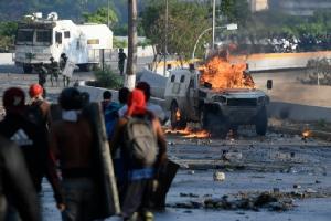 ผู้ประท้วงต่อต้านรัฐบาลเวเนซุเอลา ปะทะกับกองกำลังความมั่นคงของรัฐบาลในกรุงการากัส เมื่อวันแรงงาน 1 พ.ค.ที่ผ่านมา  นับเป็นวันที่ 2 ต่อเนื่องกันแล้วที่เกิดการปะทะกันรุนแรงระหว่างผู้ประท้วงกับฝ่ายรัฐบาลเช่นนี้