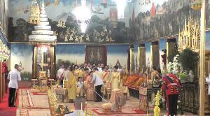 พสกนิกรปลื้มปีติ สมเด็จพระเจ้าอยู่หัว ทรงสวมกอด ทูลกระหม่อมหญิงอุบลรัตนฯ ในการพระราชพิธีบรมราชาภิเษก